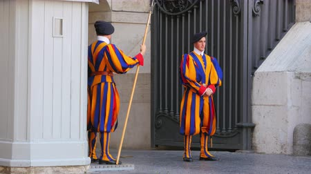 watykan : VATICAN CITY, AUGUST 2015: swiss guards of pope