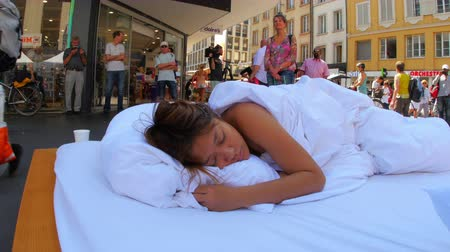 BIELBIENNE - SWITZERLAND, AUGUST 2015: sleeping performance, public nudity festival Vídeos