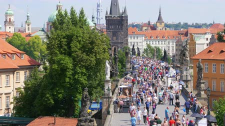 ângulo : PRAGUE - CZECH REPUBLIC, AUGUST 2015: people crossing bridge castle
