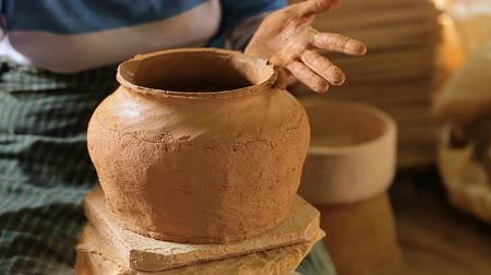 oleiro : Potter at work. Close-up of woman making ceramic pot on the pottery wheel
