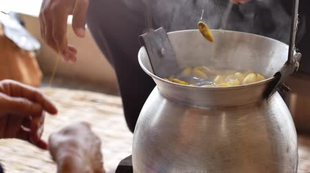 шелковистый : Boiling yellow silkworm cocoons by boiler to make silk thread.