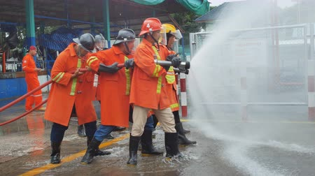 hasič : LAMPANG, THAILAND, AUG 29,2018: Firefighters training, Disaster training exercise depicting gas station. Dostupné videozáznamy