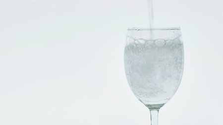 damlar : Pouring soda water into a clear glass. Stok Video
