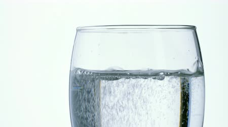 bolha : Pouring soda water into a clear glass. Stock Footage