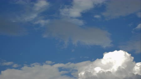 atmosféra : White cloud over a blue sky background