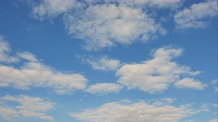 atmosféra : Time Lapse of White fluffy clouds in the blue sky background Dostupné videozáznamy