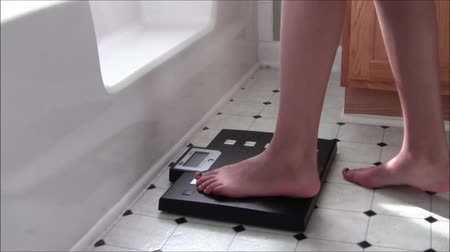 com escamas : Stepping On Scale