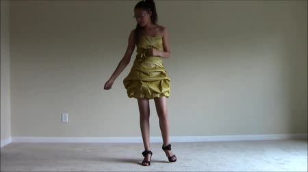 градация : Teen dancing in prom dress
