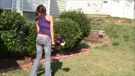 sıkıcı iş : Teen girl using string trimmer  Stok Video