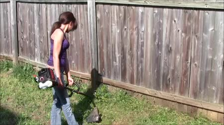 nastolatki : Teen using string trimmer