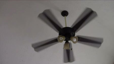 вентилятор : Slowly rotating ceiling fan