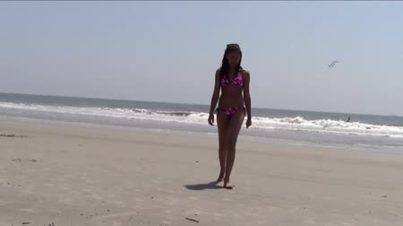 ifjú : Teen wearing bikini walking on the beach