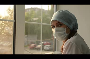 colocando : woman doctor in medical mask window.