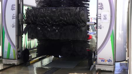hatásos : ISTANBUL, TURKEY - MARCH 11, 2018: New automatic car wash Stock mozgókép