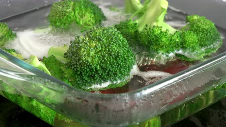 utensílio : Cooking broccoli on an electric stove