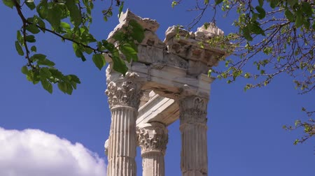 акрополь : Pergamon, Trajan Temple on the white clouds and trees background, closeup, Bergama, Turkey