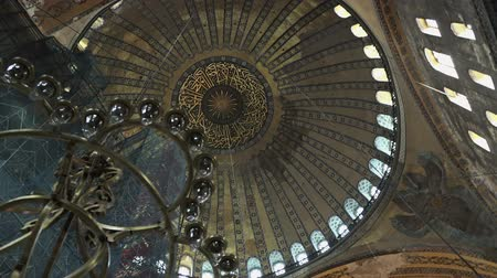 mesquita : ISTANBUL, TURKEY - OCTOBER 6, 2017: Hagia Sophia (Saint Sophia), first christian cathedral, then muslim mosque, and now a museum, interior video