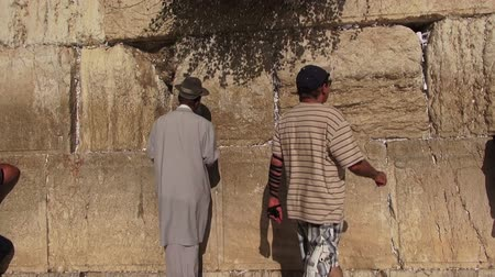 Иерусалим : JERUSALEM, ISRAEL - September 25, 2015: Believers at the Wailing Wall