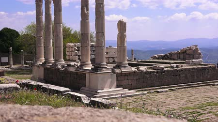 столбцы : Pergamon, Trajan temple, ruins of ancient acropolis, Turkey, Bergama
