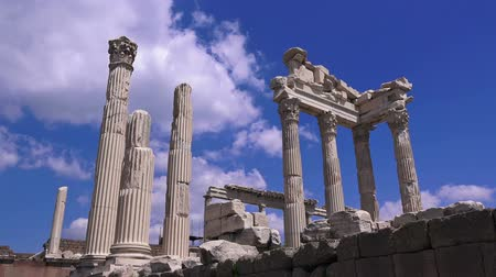 Эгейский : Pergamon, Trajan temple, ruins of ancient acropolis, Turkey, Bergama