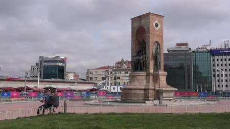 pedestres : Turkey, Istanbul -  27.05.2017: Monument of Independence - a famous monument in Istanbul in the district of Beygolu (Taksim)