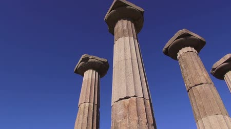 акрополь : Antique columns on blue sky background,  Turkey, Assos museum, Behramkale