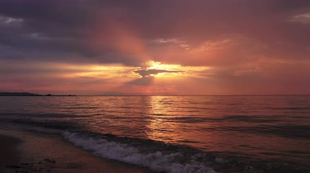 manhã : Beautiful sunset at the sea beach, amazing colors, light beam shining through the cloudscape, Greece, Halkidiki