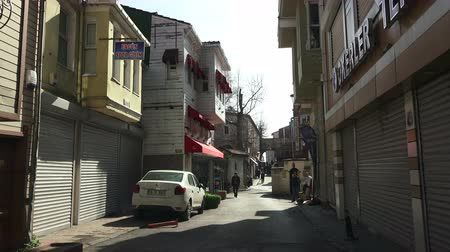 estreito : ISTANBUL, TURKEY - FEBRUARY 18, 2018: Old narrow streets of Istanbul, view from the car
