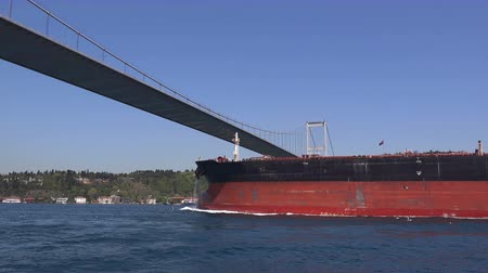 petroleiro : Cargo ship sails under the Bosphorus Bridge,  Turkey, Istanbul