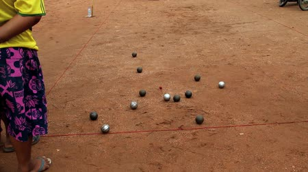 vínculo : Petanque, croquet is played by a cast iron ball closer to the core (cochonnet) of wood as much as possible.