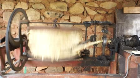 retorcido : Straw grass rope making machine is twisting. Traditional rope making in regional area.