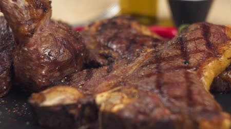 borjúhús : Cooked meat, appetizing ribs and medallions are served on a tray