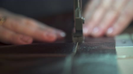 Womens hands at work on the sewing machine. making leather goods. close-up Wideo