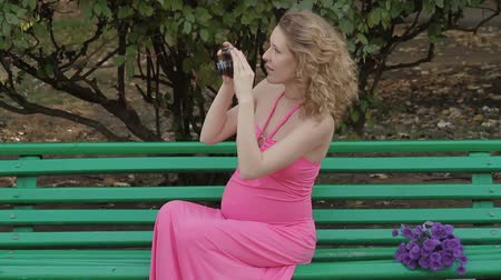 terhes : Pregnant girl with an old camera