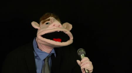 śpiew : Puppet singing into microphone
