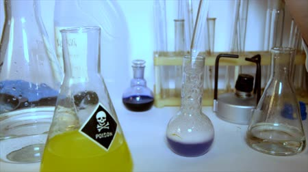 invenção : Experiments with different chemical material.