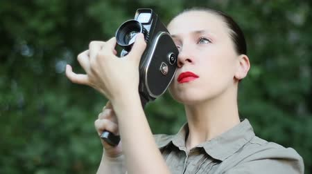 eski moda : Woman with old movie camera