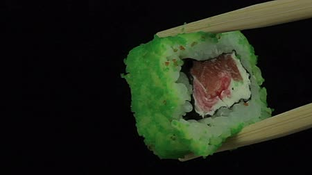 Японская культура : Sushi with green caviar on a black background