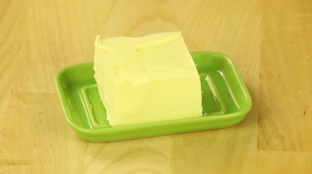vaj : Slice butter in a green oiler