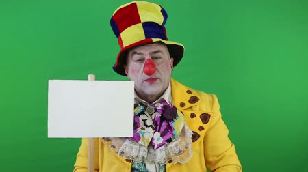 palhaço : Clown with a sign for the label on the green screen