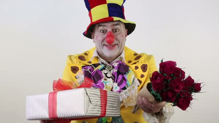 palhaço : Clown gives flowers and a gift