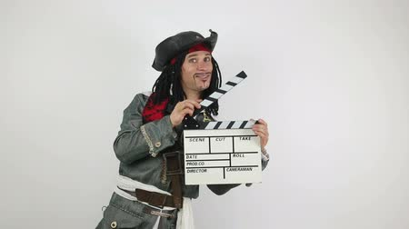 Pirata con un clapper di film