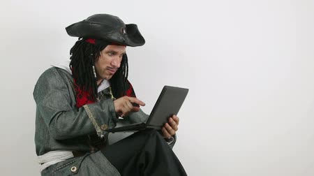 pirat : Pirate works at the computer