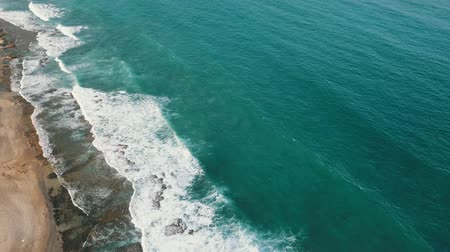 volkanik : Aerial flight above, turquoise ocean, with the texture of foam on the waves Stok Video