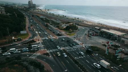 linha de costa : Drive along the roads along the sea by car. Aeral view.