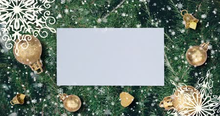 horas : Christmas background with fir branches, snowflakes and golden balls. Top view with letter and copy space.