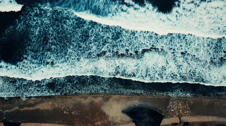 törmelék : Aerial flight above, turquoise ocean, with the texture of foam on the waves 4k Stock mozgókép