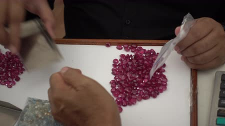 карат : A trader displays gemstone or crystal in the trading market THAILAND, where buyers and sellers meet.