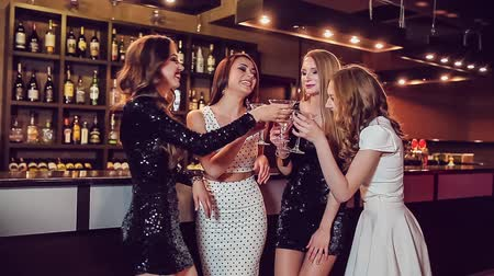 bebida alcoólica : Four beautiful girls drinking at a nightclub