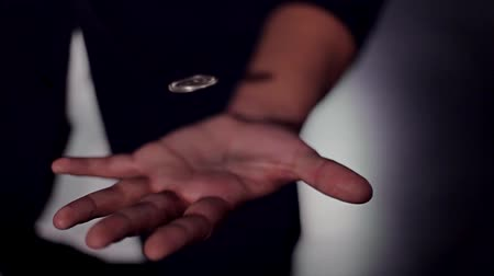 trik : Trick flying coin. Hands of a magician. Levitation Dostupné videozáznamy